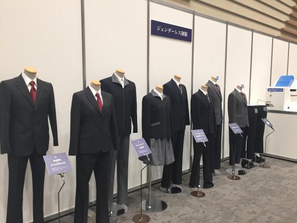 トンボの「ジェンダーレス制服」の展示。男女で同じ色、柄のネクタイや、ファスナーを使ったジャケットなど男女差の少ない制服が並んでいる(トンボ提供)