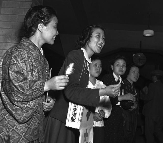 1950年、日本赤十字社による赤十字のマークを付けた「白い羽根」募金の様子