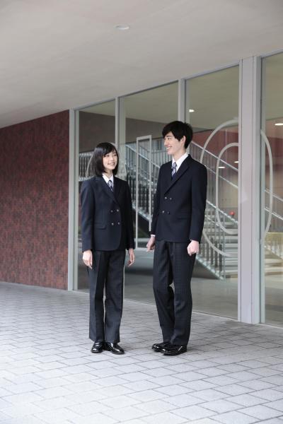 トンボが提案する「ジェンダーレス制服」の一部。男女で同じ柄のネクタイ、スラックスなどデザインの差が少ない(トンボ提供)
