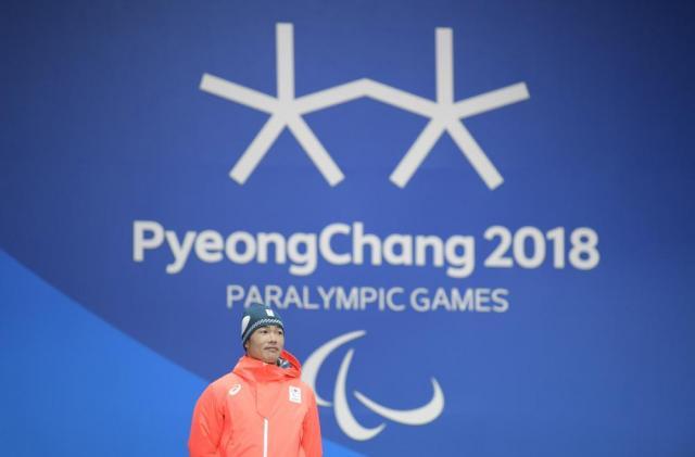 スキー距離男子スプリント・クラシカル立位で銀メダルを獲得し、表彰式に臨む新田佳浩選手。