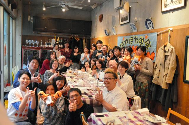 「ホヤがàlaフレンチ!」に集まった人たちで記念写真をパチリ=3月3日、東京・恵比寿