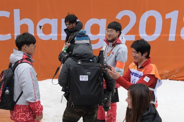 会場を引き揚げながらスマートフォンで動画撮影をする成田緑夢選手