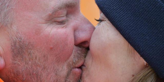 バンクドスラローム女子下肢障害で金メダルを獲得し、熱いキスで喜ぶ選手
