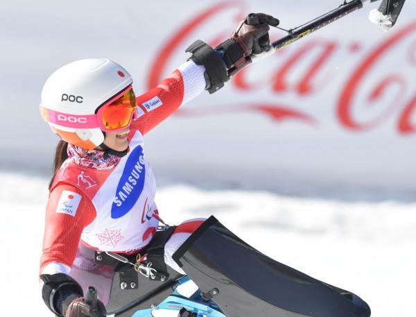 大回転女子座位2本目の滑走を終えてトップとなり、喜ぶ村岡桃佳選手
