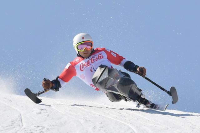 スーパー大回転男子座位で滑走する狩野亮選手。健闘するも、メダルに届かなかった