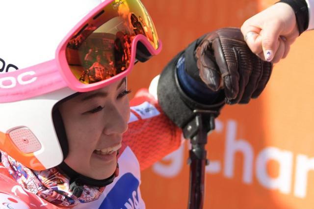金メダルを獲得し、涙を流して喜ぶ村岡桃佳選手