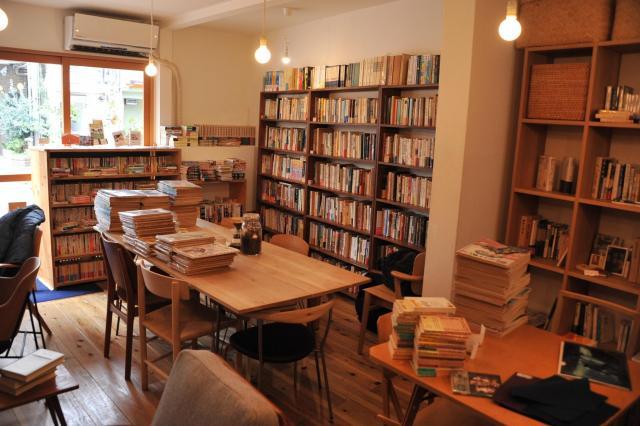 一色文庫の店内。椅子や机が並び、座ってくつろぎながら本を選べる