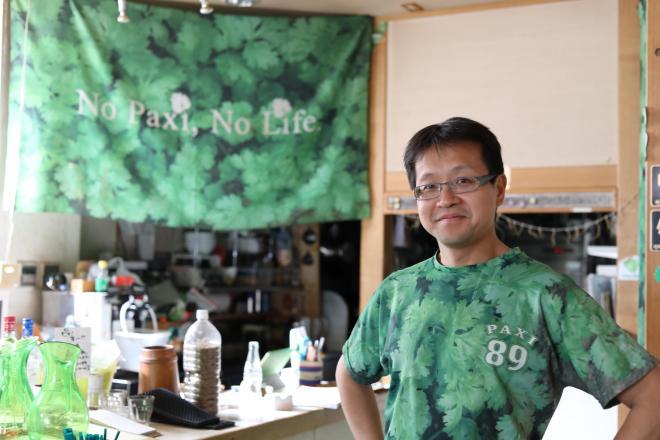 閉店した「パクチーハウス東京」のオーナー・佐谷恭さん。服は緑、いたるところにパクチーを連想させる「89」の数字