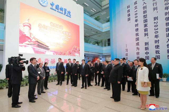 視察の様子。この5年間の成果をアピールする展示会を見に来たそうです。朝鮮中央通信配信
