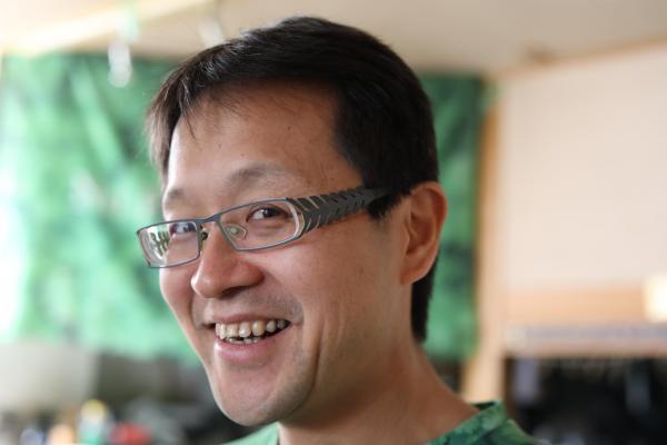 「パクチーハウス東京」佐谷恭さん、メガネのツルもパクチーモチーフ