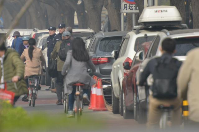 釣魚台国賓館前の道を行き交う一般市民。奥に見えるのが私を呼び止めた警察官=冨名腰隆撮影
