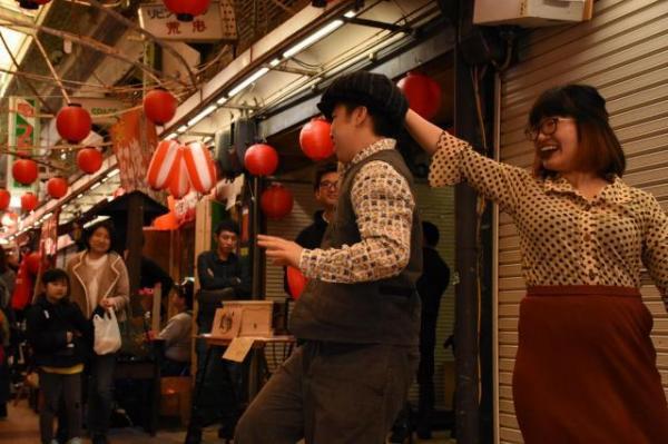 お店の人が、踊りで会場を盛り上げる=2018年3月4日