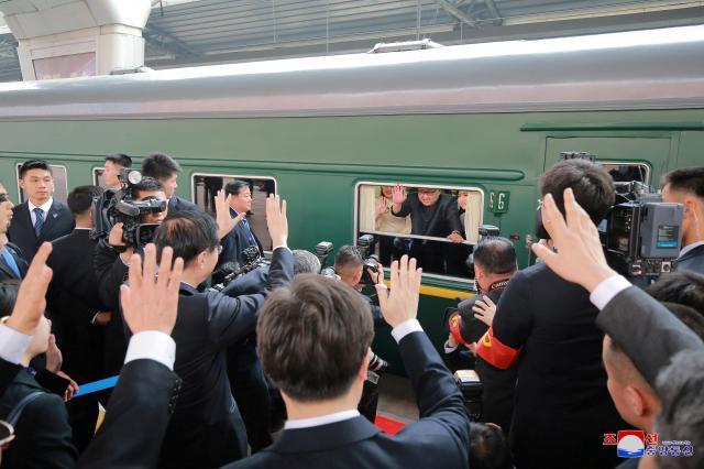 北京駅を出発する正恩氏。朝鮮中央通信配信