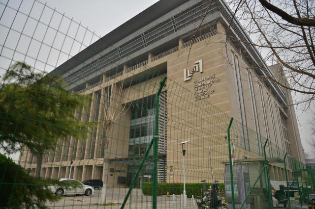 中国科学院文献情報センター。緑色の柵が残っていた=冨名腰隆撮影