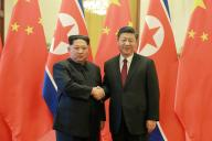 北朝鮮の金正恩朝鮮労働党委員長(左)と中国の習近平国家主席。朝鮮中央通信配信