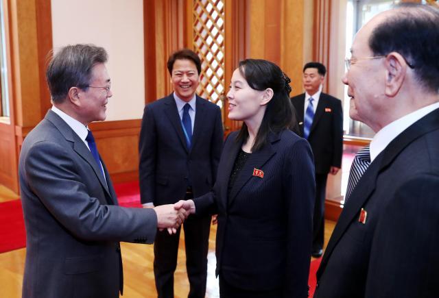 韓国の文大統領(左)は2月10日、平昌五輪にあわせ訪韓した北朝鮮の金永南・最高人民会議常任委員長(右)と、金正恩委員長の実妹の金与正氏と大統領府で会談した。韓国はこれを機に、4月末の南北首脳会談の発表、その後の米朝首脳会談に向けた仲介へと一気に動く。