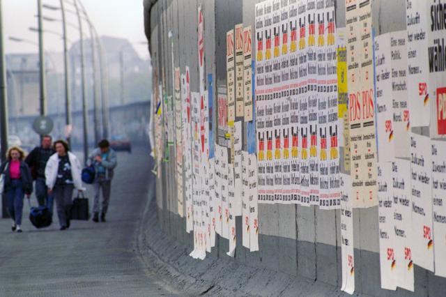 ベルリンの壁が崩れた翌年の1990年、東ドイツで初めての自由選挙が行われた。壁は約1キロにわたってポスターが張られ、選挙の掲示板代わりになった =1990年3月15日