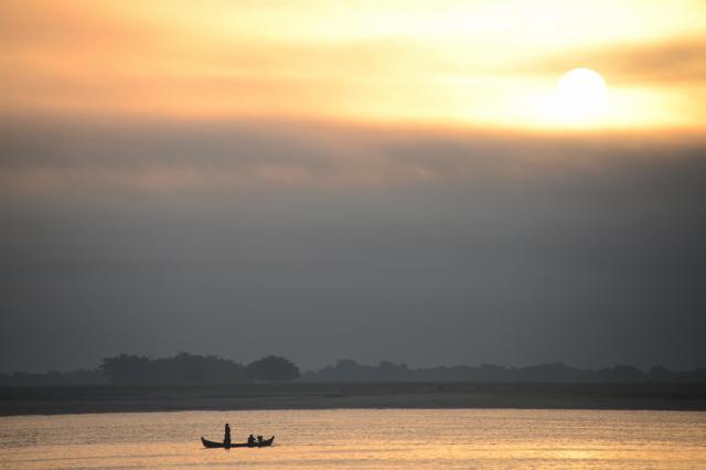 広大なイラワジ川の真ん中で朝日を浴びると、小さなことはどうでもいいような気分になれます=2017年12月、ミャンマー中部