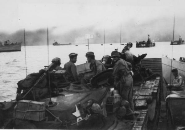 1950年秋、戦車や米兵部隊を満載して韓国沖を仁川上陸作戦へ向かう輸送艦隊