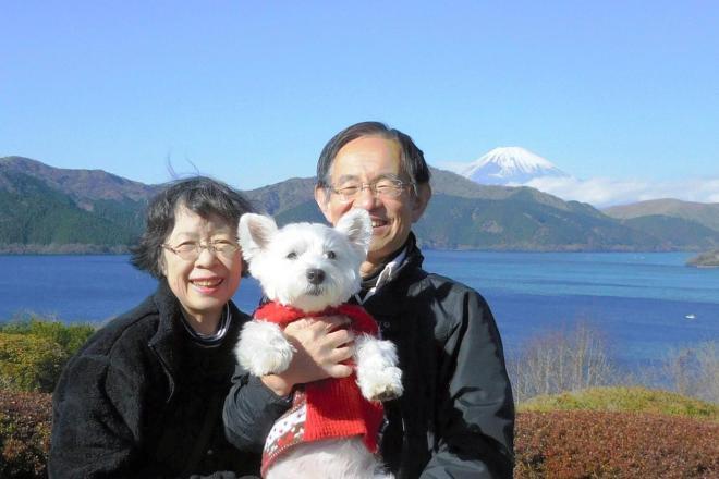 容子さん(左)と英司さん(右)が何度も訪れた恩賜箱根公園で、愛犬「小春」と=2015年12月、英司さん提供