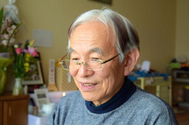亡き妻の残した詩を投稿した宮本英司さん=神奈川県内の自宅