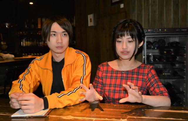 マドジャスさん(右)と秋ノ宮さん=東京都新宿区