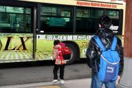 乗り継ぎのバスが来て駆け寄る陽向子さん(中央)と、見守り役の中江光貴さん=長野市