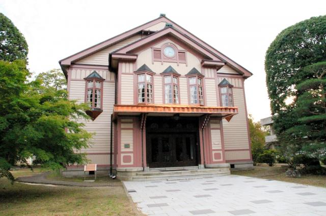 1929年建築の信州大学繊維学部講堂(旧上田蚕糸専門学校講堂)。木造ゴシック系の建築様式で国の登録有形文化財