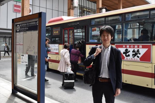 ひなちゃんが乗り換えたバス停で、取材を振り返る鶴信吾記者=JR長野駅前