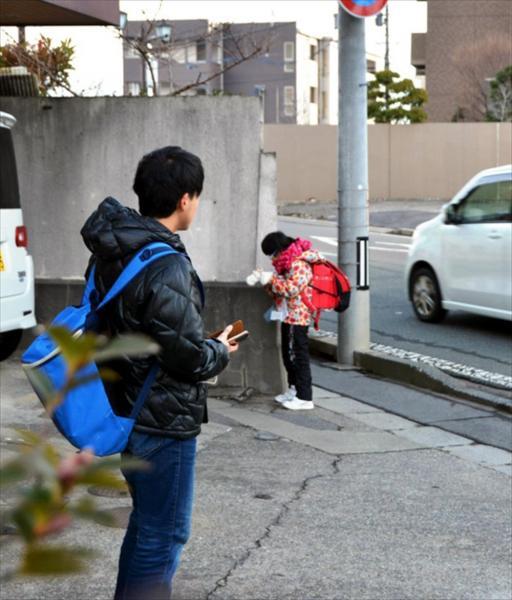 無事にバスから降りたことをお母さんに報告する陽向子さん(右)。中江光貴さんが見守る=長野市