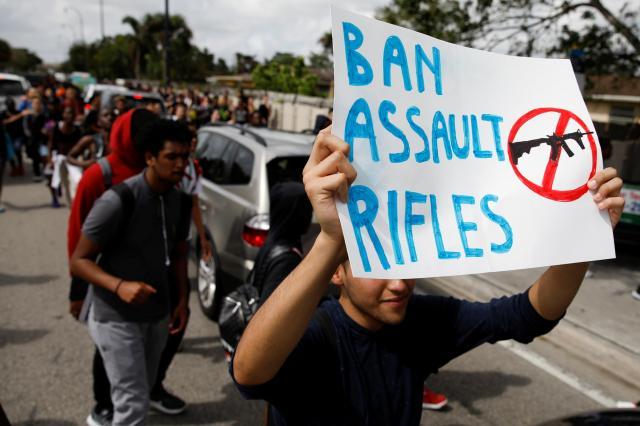 事件を受け、フロリダ州の別の高校でも銃規制を求めるデモが起きた=2018年2月21日