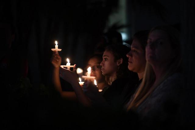 マージョリー・ストーンマン・ダグラス高校が銃撃され生徒ら17人が犠牲になった翌日、多くの若者が追悼式に参加した=2018年2月15日
