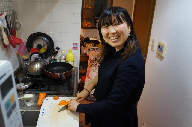 自宅のキッチンで料理する金子さん。時間がある時は、かつお節からだしをとる