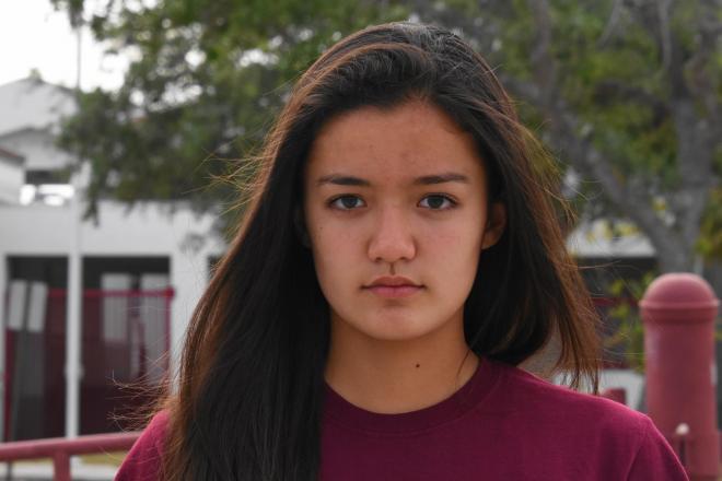 銃乱射事件のあったマージョリー・ストーンマン・ダグラス高校の前に立つエンゲルバート美愛さん=2018年3月31日