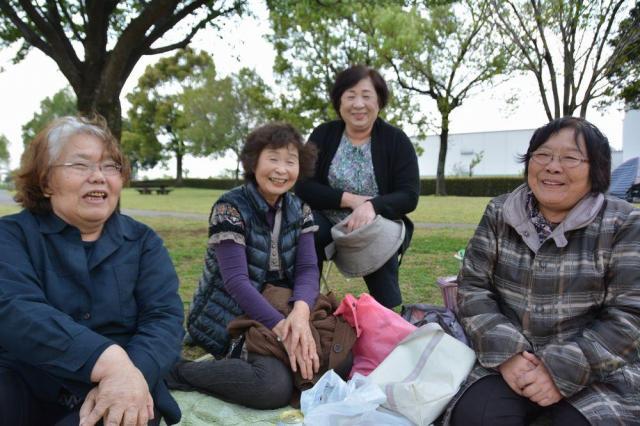 元気のない鹿子木さんを案じる友人たちとのピクニック。元々住んでいた地域の友人たちとの付き合いが心の支えになっている