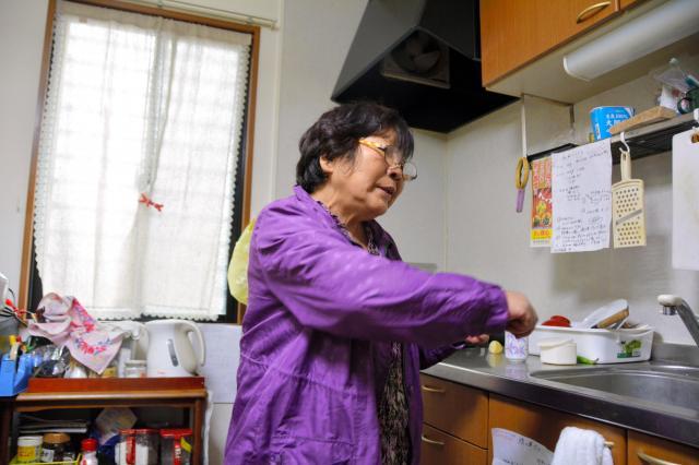 熊本地震で被災し、みなし仮設のアパートに住む鹿子木ハツエさん=熊本県菊陽町