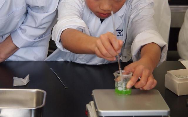 カラフル座薬の原料を調合する子ども
