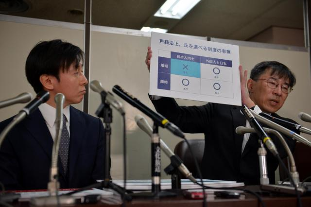 2018年1月、「サイボウズ」社長の青野慶久さん(左)と作花知志弁護士が選択的夫婦別姓制度を求めて国を提訴した=東京・霞が関の司法記者クラブ 、後藤僚太撮影