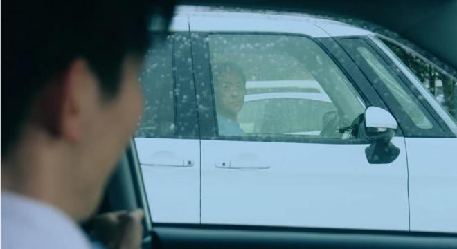 隣の車の運転手と目が合って……