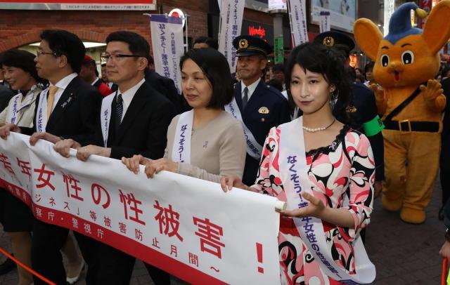 街頭パレードにはAV出演強要被害を経験したくるみんアロマさん(右端)も参加した=2017年4月、東京・渋谷、林敏行撮影
