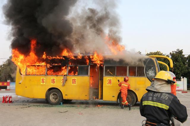 中国・安徽省淮北市でバスの消火訓練をする消防士ら=2017年11月2日(写真と本文は関係ありません)