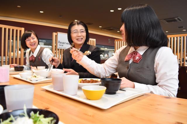 社員食堂で、社員と昼食を囲む中島伸子さん(中央)