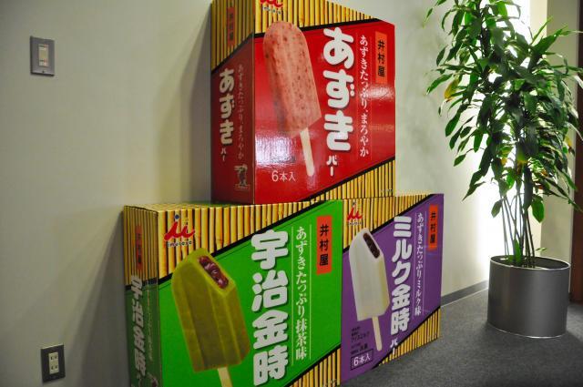井村屋本社に鎮座する巨大な「あずきバー」のモニュメント=2013年2月
