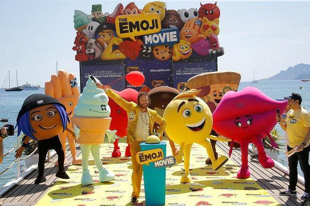 「エモジ」は今や国際語。カンヌ映画祭に登場した映画「絵文字の国のジーン」(原題「The Emoji Movie」)の登場キャラクターら=2017年5月16日(写真と本文は関係ありません)