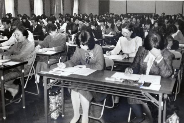 国債の窓口販売資格試験を受ける生命保険会社員。約7割が女性の営業職員=1988年