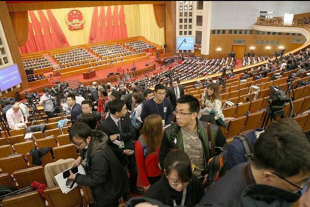 全人代で憲法改正案の投票が行われる直前、報道席から退席させられる報道陣=2018年3月11日、杉本康弘撮影