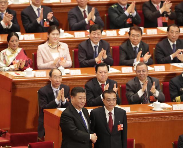 首相に選出され握手を交わす李克強首相(下段右)と習近平国家主席=2018年3月18日、杉本康弘撮影