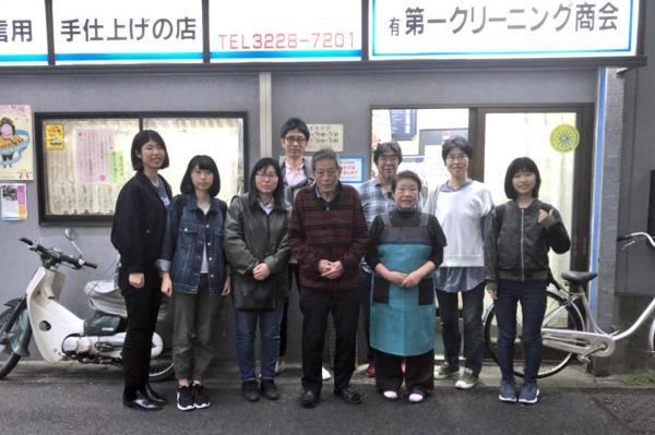 閉店後に家族が集まって撮った写真
