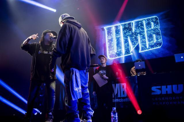 昨年12月の「ULTIMATE MC BATTLE」決勝大会で戦う椿さん(左)。当日の様子を収めたDVDが発売中=ライブラ提供