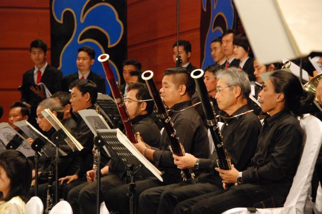 ヤンゴンでの公演で演奏する、ミャンマー国立交響楽団の楽団員たち=2018年2月